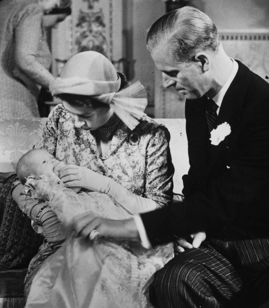 Елизавета и Филипп на церемонии крещения принцессы Анны