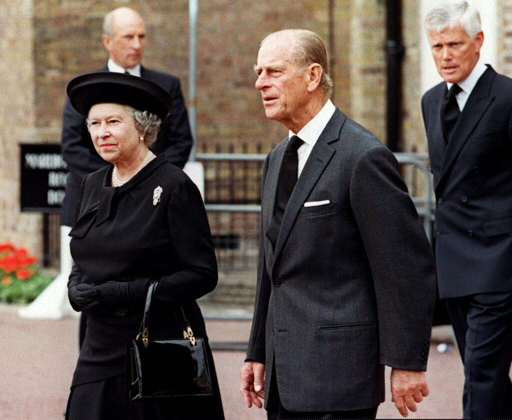 Елизавета и Филипп на похоронах принцессы Дианы