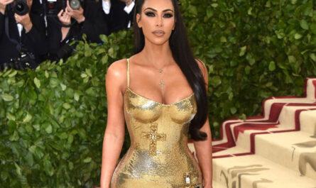 Знаменитости в самых ярких платьях от Versace