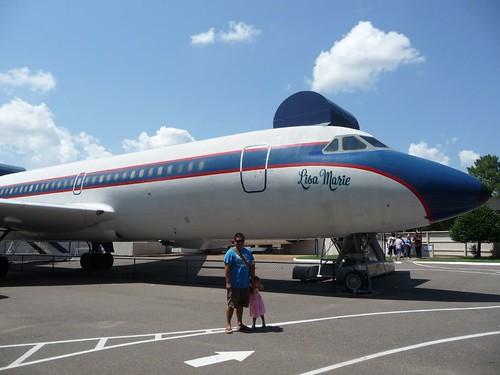 В Грейсленде есть два самолета