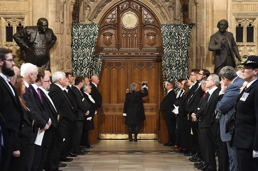 Каждый год во дворце берут в заложники одного из политиков