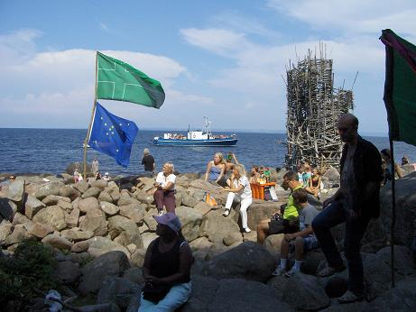 Один из официальных гимнов микронации Ладонии - звук камня, брошенного в воду